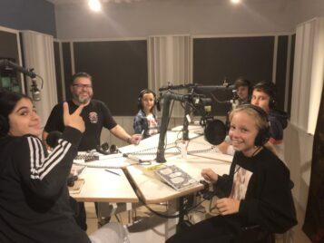 SR spelar in Barnradions bokpris i Tumba gymnasiums studio